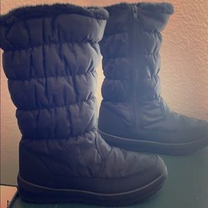 Black winter boots.